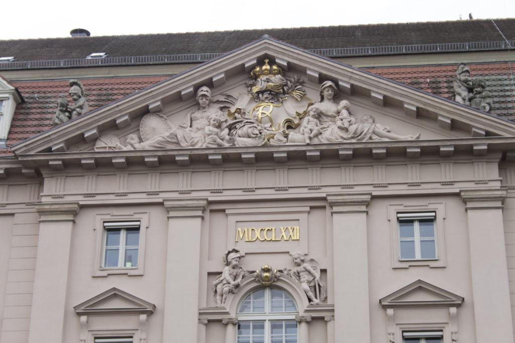 Die nördliche Facade des Militärwaisenhauses mit dem Datum des Neubaus im Jahr 1772 (Foto: Y. LeGall)